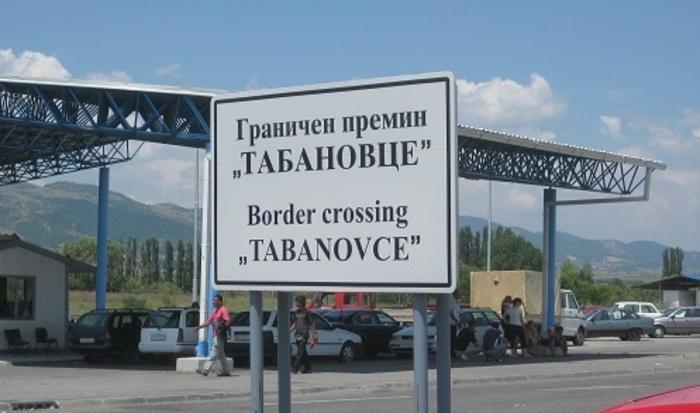 (ФОТО) Гужва на Табановце: Стотина автомобили чекаат за влез во Србија