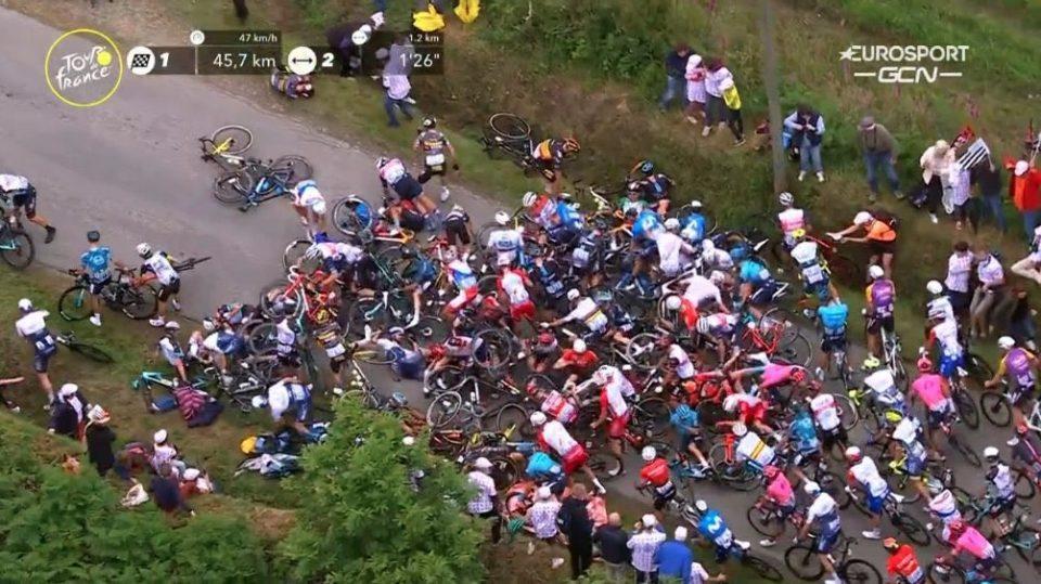 (ВИДЕО) Навивач предизвика масовен судир на Тур Д'Франс