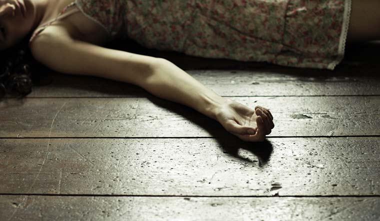 Како на хорор филм: Им упаднал на спиење со моторна пила
