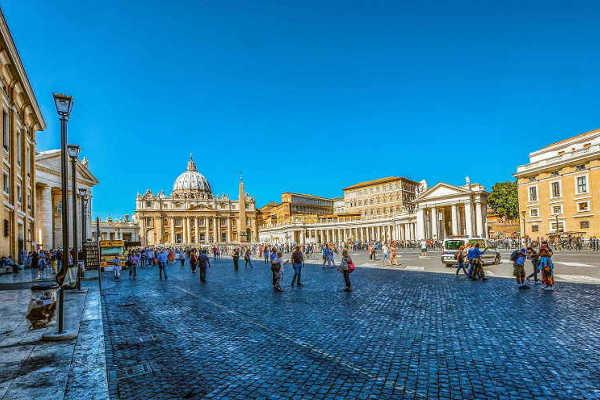 Инцидент во Ватикан: Маж со нож се заканувал дека ќе ги убие сите