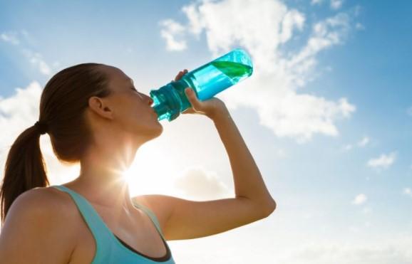 Причини поради кои не треба да пиеме ладна вода за време на топлите денови