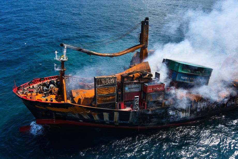 (ВИДЕО) Бродот кој тоне покрај брегот на Шри Ланка може да предизвика еколошка катастрофа