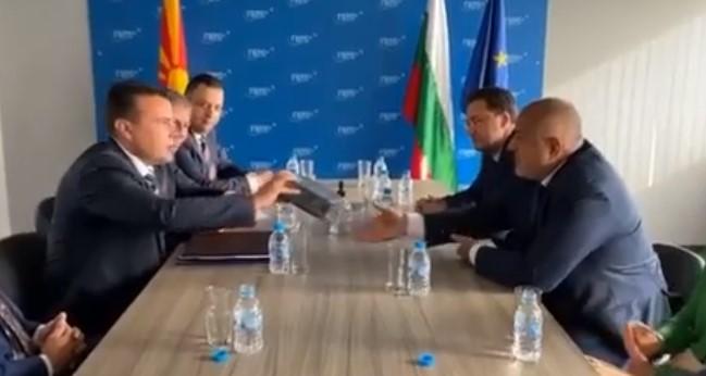 (ВИДЕО) Заев на Борисов му подари американски пури