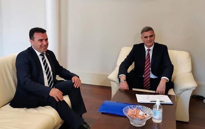 Премиерите на Македонија и Бугарија ги започнаа разговорите со средба лице в лице