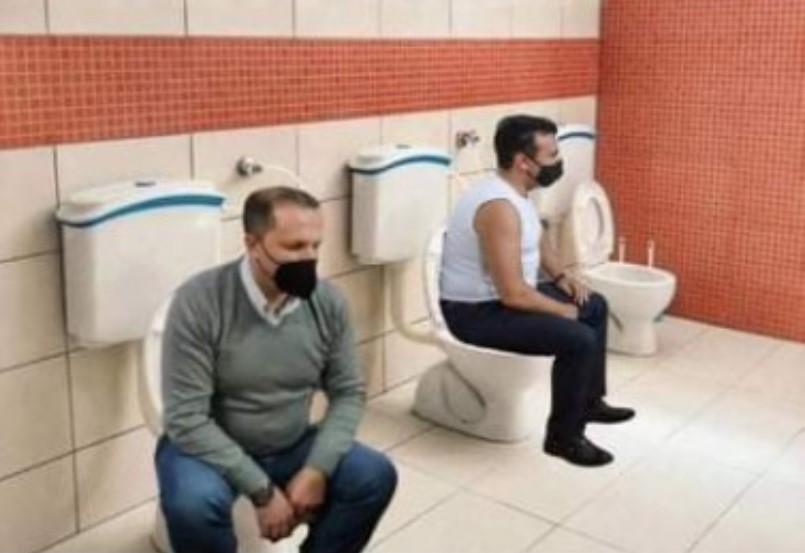 """(ФОТОМОНТАЖА) Новите тоалети на Теута Арифи станаа хит на социјалните мрежи, на нив """"седнаа"""" и Заев и Спасовски!"""