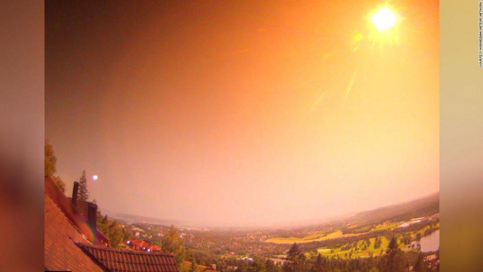 Метеор го осветли небото над Норвешка