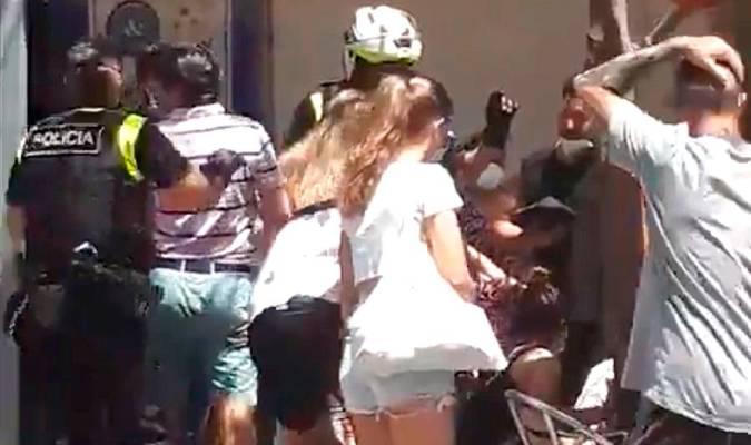 (ВИДЕО) Автомобил влетал во кафуле – најмалку 5 лица повредени