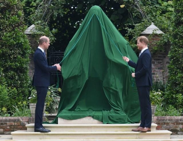 (ФОТО) Принцовите Вилијам и Хари поставија споменик на Дајана во чест на нејзиниот 60. роденден