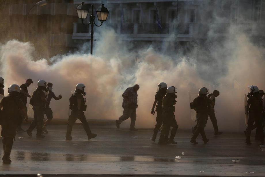 (ВИДЕО) Немири во Атина: Полицијата употреби водени топови и солзавец