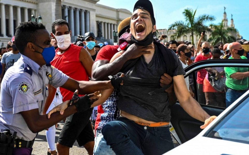(ВИДЕО) МАСОВНИ ПРОТЕСТИ: Кубанците се дигнаа против комунистичкиот режим, полицијата употреби сила