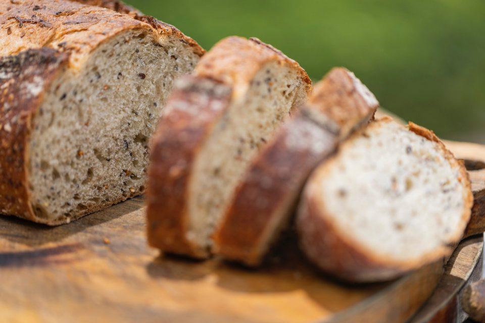 Црна Гора ќе ги ограничи цените на лебот и ќе дели социјални бонови и масло