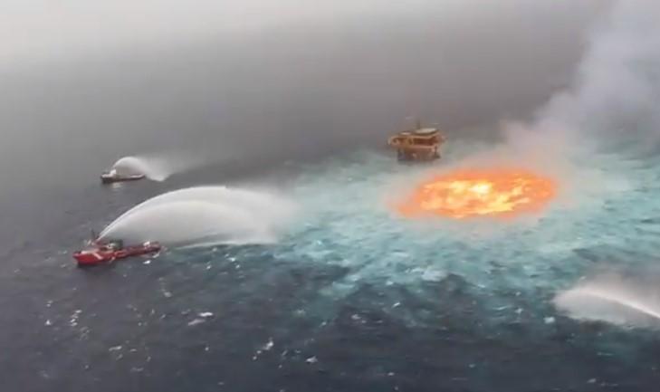 НЕВЕРОЈАТНИ СНИМКИ: Подводен пожар во Мексиканскиот залив по истекување на гас