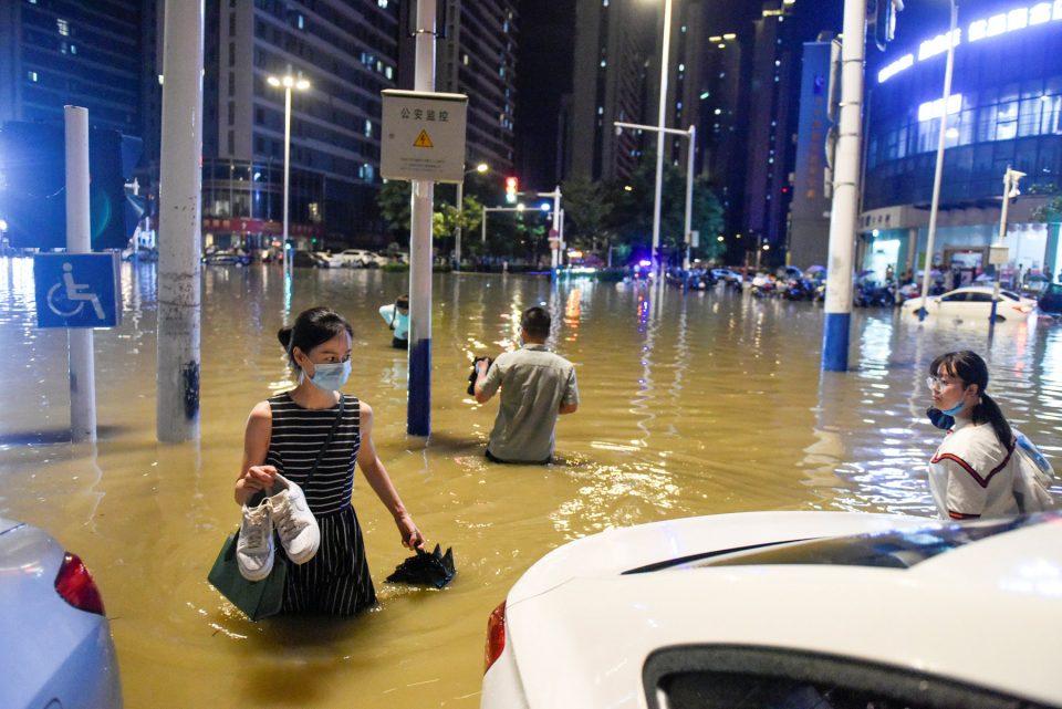 (ВИДЕО) Големи поплави во централниот дел на Кина