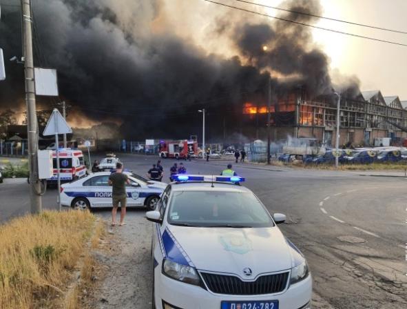 (ВИДЕО) Голем пожар во магацин во Белград