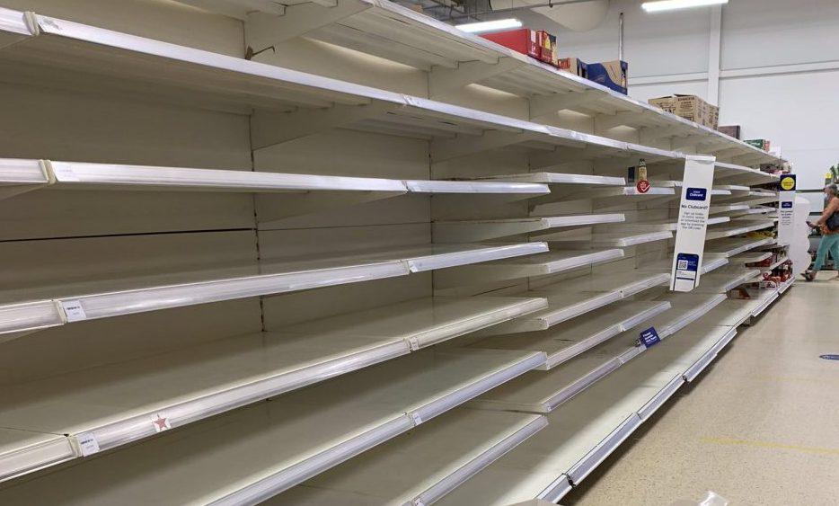 Англија во хаос по укинувањето на мерките: Стотици илјади луѓе во изолација, маркетите празни