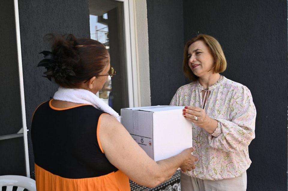 Министерката Шахпаска на ранливите семејства им  делеше прашок за перење и средства за лична хигиена