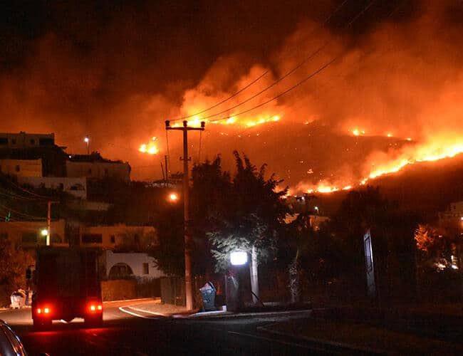 Четири лица загинаа, евакуирани стотици во пожарите во Турција