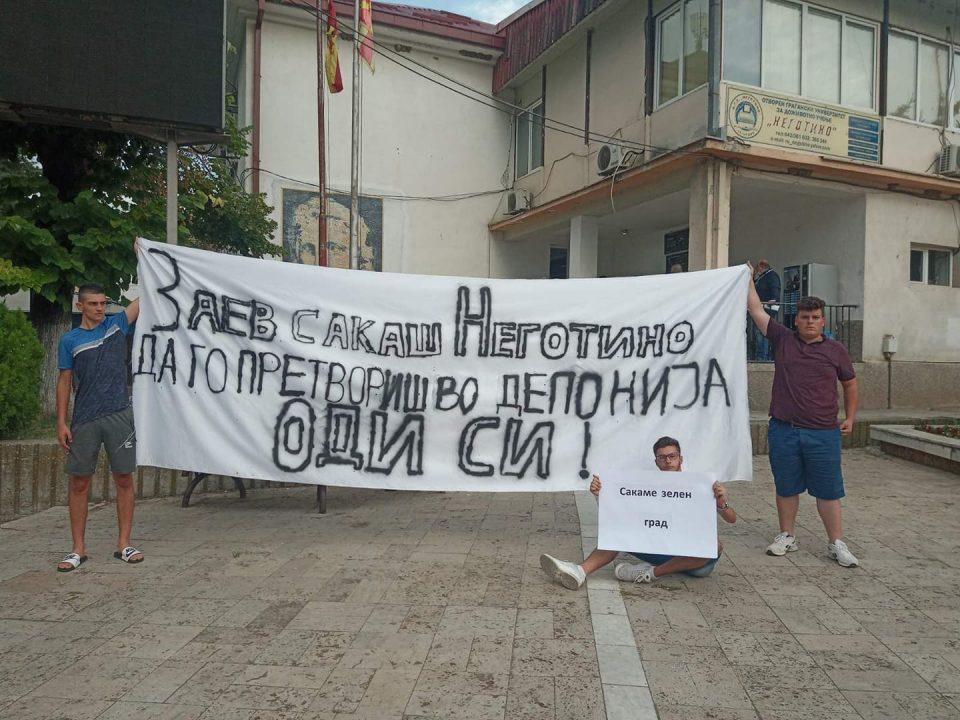 Премиерот во Неготино- еве како го дочекаа од УМС: Стоп за депонија, оди си Заев