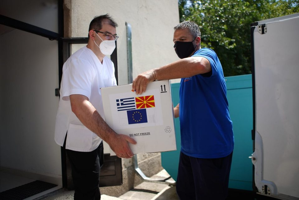 """Пристигна донацијата од 100.000 вакцини """"Астра Зенека"""" од Грција, од понеделник сите може да се вакцинираат"""