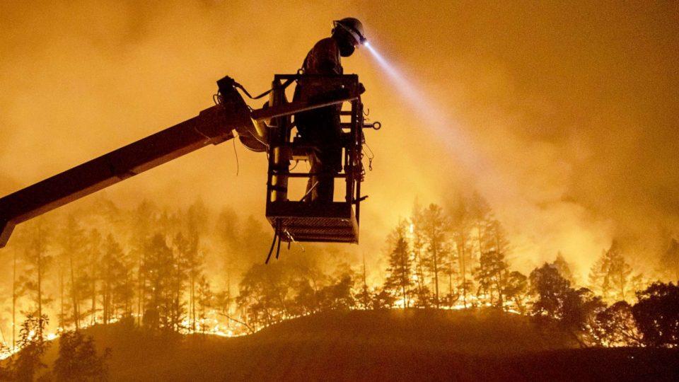 Огнениот бран во САД : Eвакуирани Калифорнија и Неавда