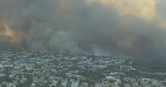 Огромен пожар се приближи до предградија на Атина