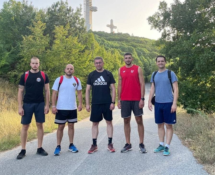 Мицкоски и Георгиевски заедно го искачија Водно: Местото на шампионот е на врвот!