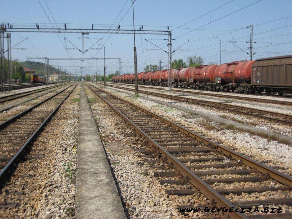 Одблокиран железничкиот сообраќај: Ако доцнат платите одново блокада