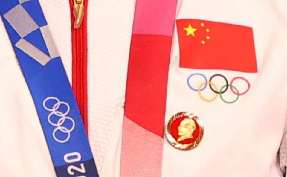 Кинеските олимпијки носеа значки од Мао Це Тунг, одговорен за смртта на десетици милиони луѓе