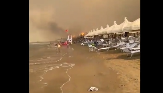 (ВИДЕО) Италија во пламен: Се евакуираат туристи, регистрирани повеќе од 800 пожари