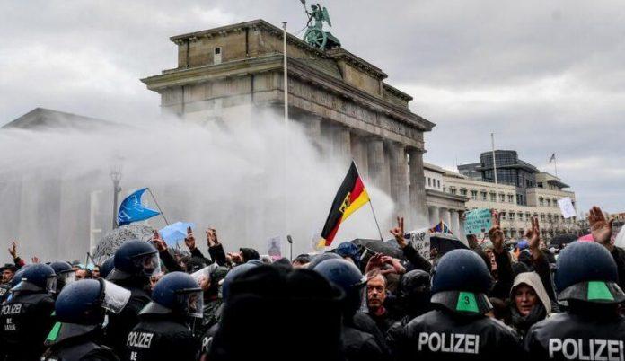 (ВИДЕО) Хаос во Берлин: Протести против новите рестикции за Ковид, има починат и стотици приведени