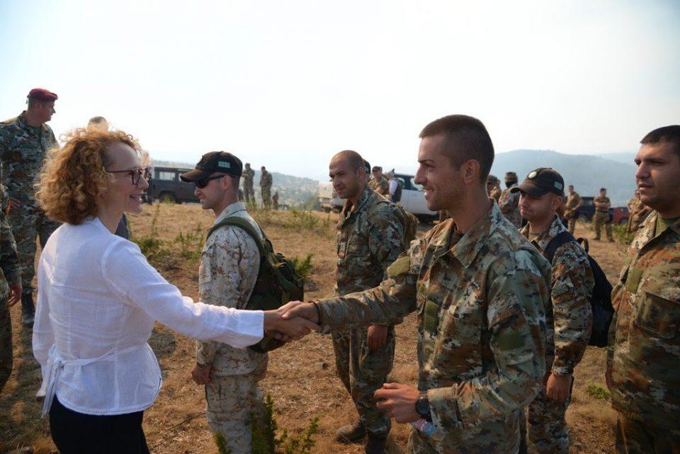 (ВИДЕО) Армијата обезбеди полнење гориво во хеликоптерите во близина на критичните точки