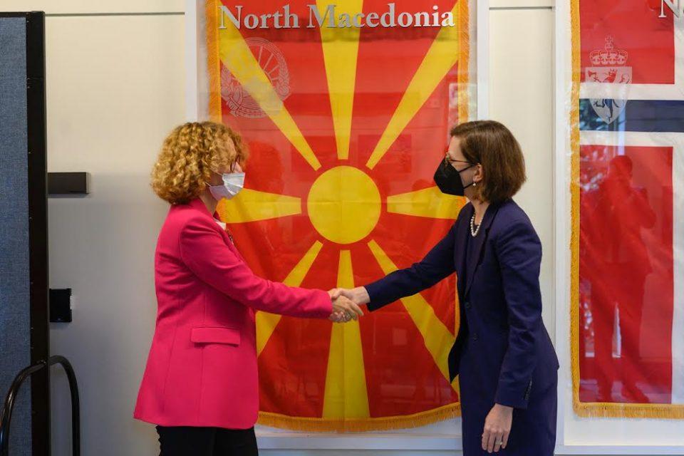 (ФОТО) Македонското знаме поставено во холот на НАТО во Пентагон