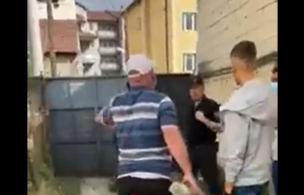 (ВИДЕО) Демонстрант во Тетово се обиде да нападне полицајци со бекатон-плочка