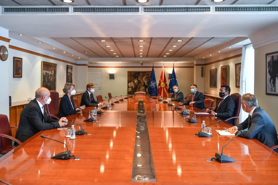 Заев на средба со Ајкхорст: Со Бугарија ќе продолжиме да бараме европско решение