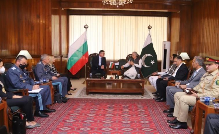 Бугарскиот министер за одбрана учествуваше во евакуација на Авганистанците кои работеа за Софија