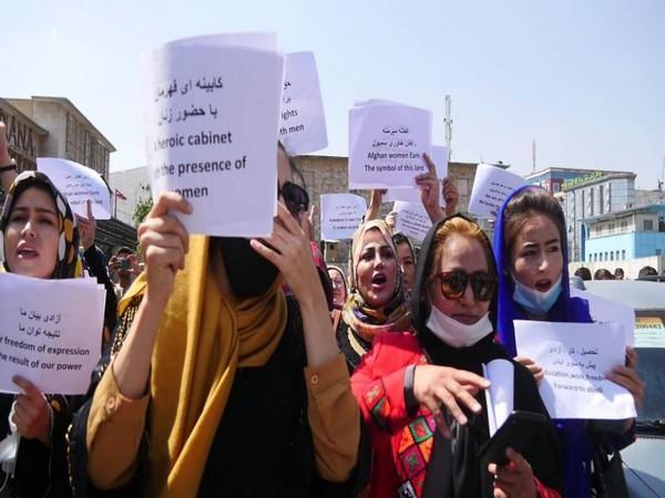 Авганистанките излегоа на улица: Бараат право на работа и студирање