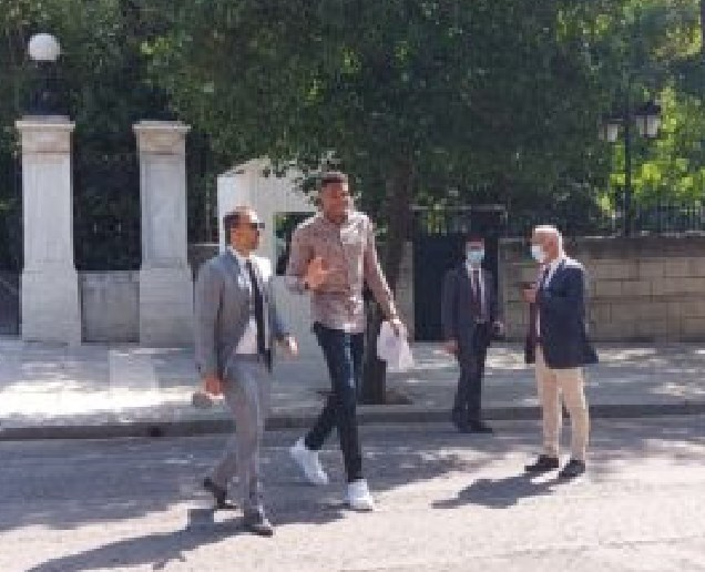 Адетокумбо избори грчки пасош за мајката и братот