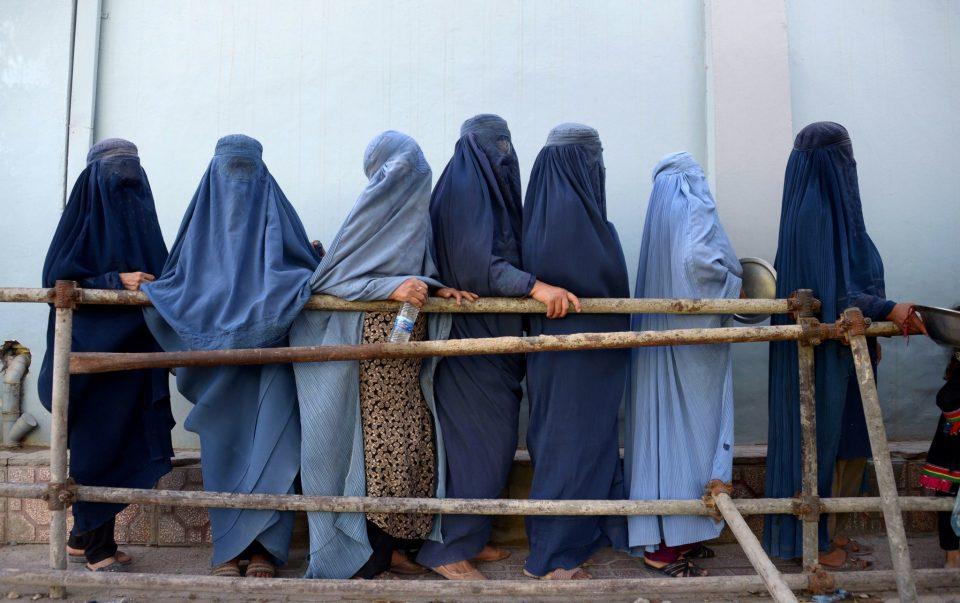 Талибанците им забранија на жените да работат