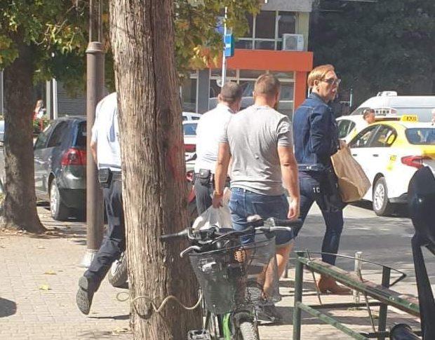 (ФОТО) Боки 13 излезе надвор, но го придружуваат полицајци