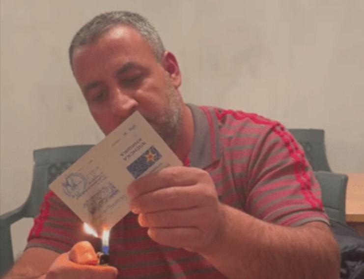 (ВИДЕО) Жител на Арачиново запали книшка од СДСМ поради лажните ветувања на Заев и Халими