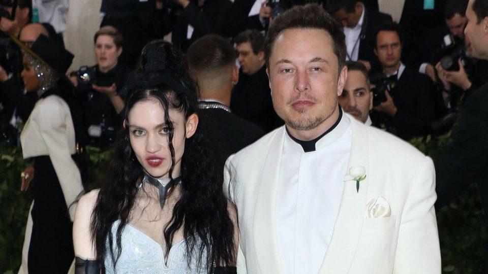 Илон Маск раскина со 17 години помладата пејачка