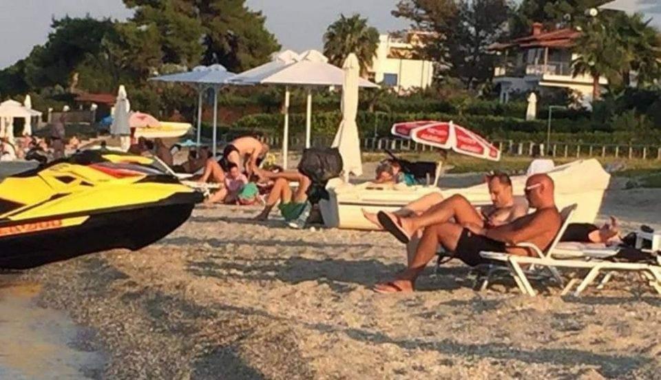(ФОТО) Венко и Вице фатија лежалка на плажа во Грција